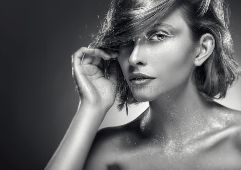 Retrato de una mujer atractiva imagenes de archivo