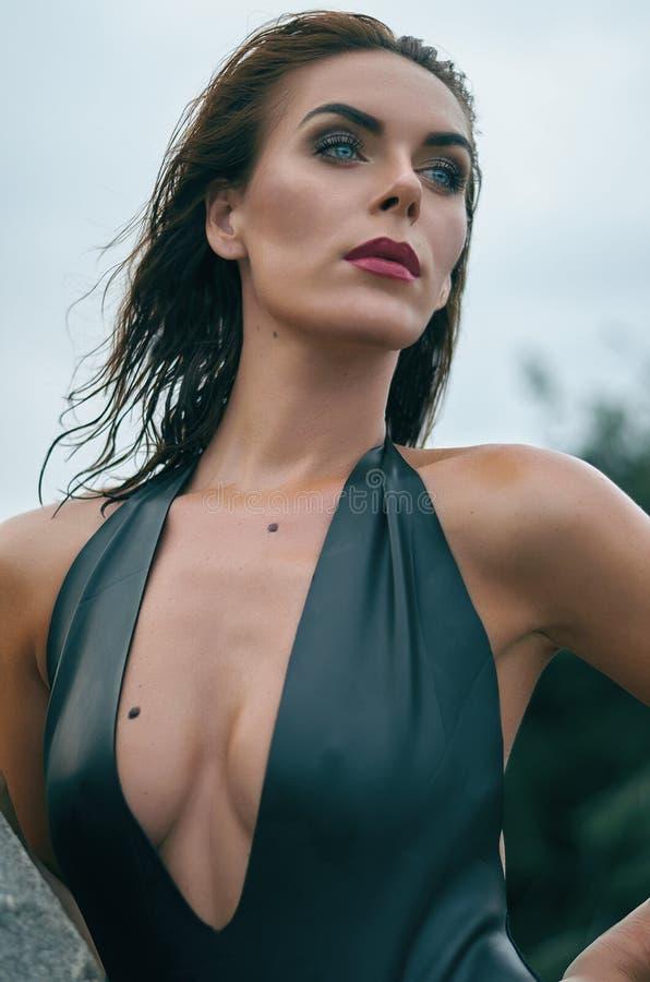Retrato de una mujer atractiva en un traje de baño de cuero negro Foto de la manera fotos de archivo