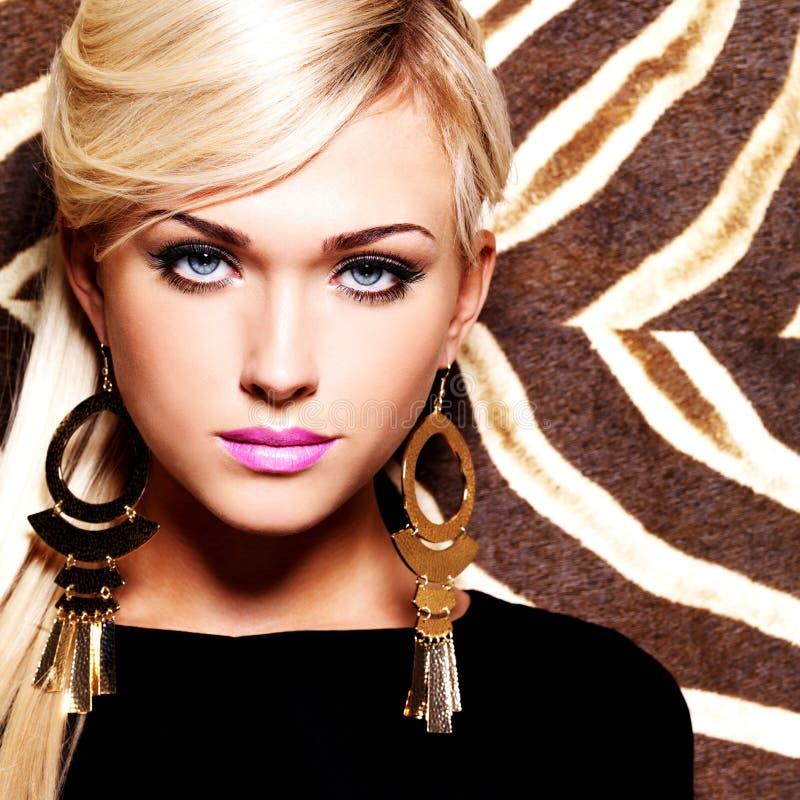 Mujer atractiva hermosa con maquillaje de la moda en cara imágenes de archivo libres de regalías