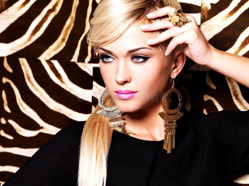 Mujer atractiva hermosa con maquillaje de la moda en cara fotografía de archivo