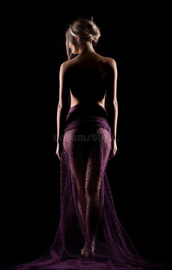 Retrato de una mujer atractiva hermosa saliente joven en un purp de lite imagenes de archivo
