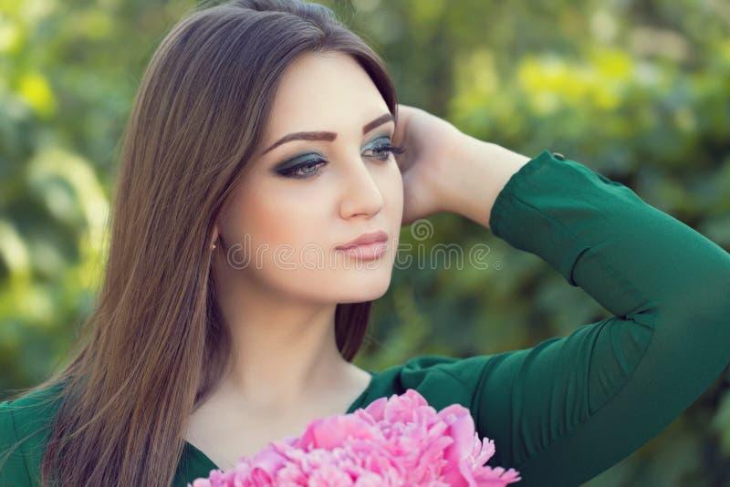 Retrato de una mujer atractiva joven con el pelo marrón largo foto de archivo