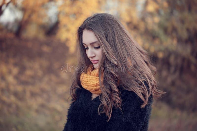 Retrato de una mujer atractiva joven con el pelo marrón largo y b fotografía de archivo
