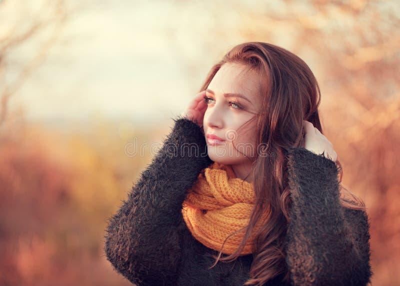 Retrato de una mujer atractiva joven con el pelo marrón largo y b fotos de archivo