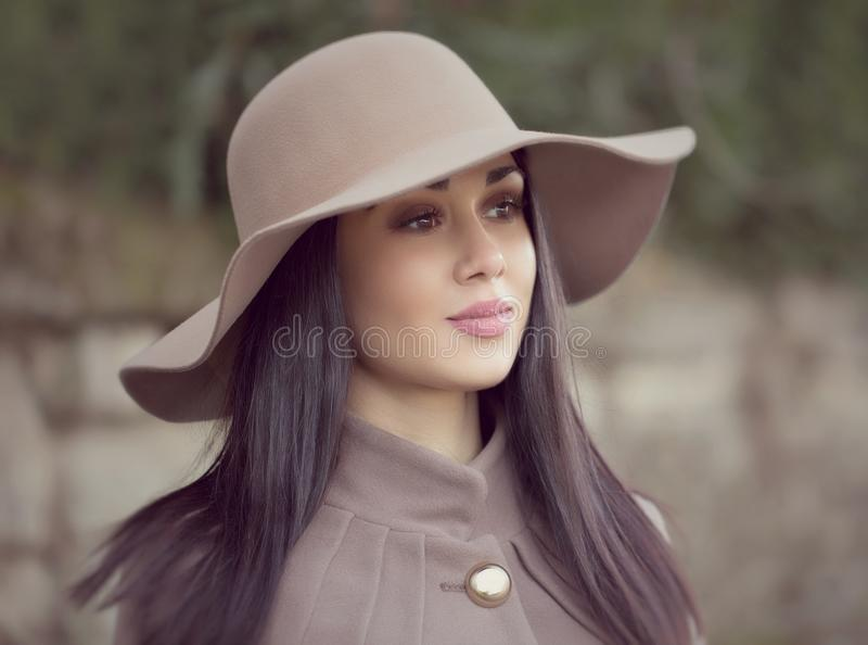 Retrato de una mujer atractiva joven con el pelo marrón largo y b imagen de archivo libre de regalías