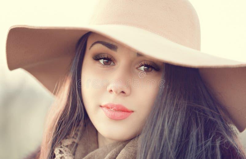 Retrato de una mujer atractiva joven con el pelo marrón largo y b fotografía de archivo libre de regalías
