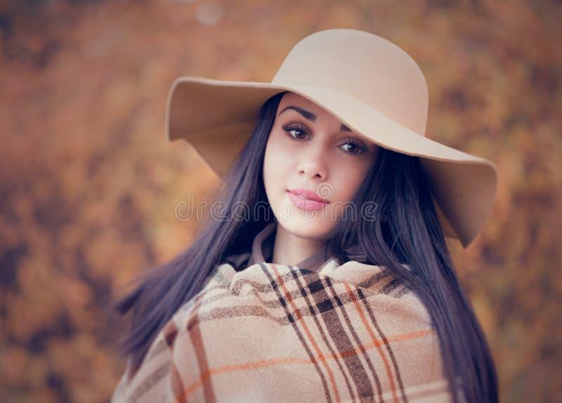 Retrato de una mujer atractiva joven con el pelo marrón largo y b fotos de archivo libres de regalías