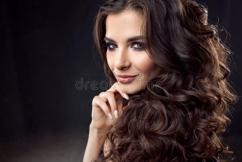 Retrato de una mujer atractiva joven con el pelo rizado magnífico Brunette atractivo fotos de archivo libres de regalías