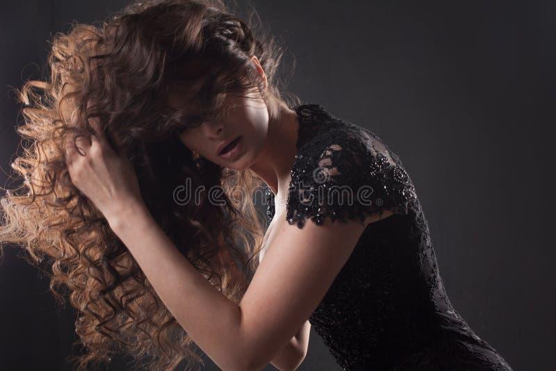 Retrato de una mujer atractiva joven con el pelo rizado magnífico Brunette atractivo imagenes de archivo