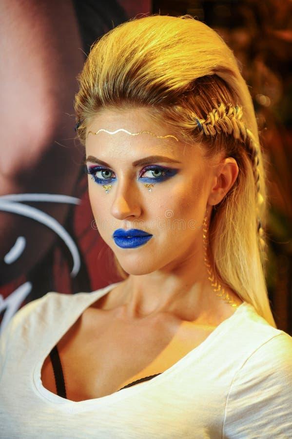 Retrato de una mujer atractiva joven con maquillaje creativo imagen de archivo