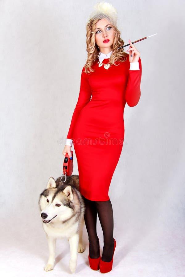 Retrato de una mujer atractiva joven con un perro fornido imágenes de archivo libres de regalías