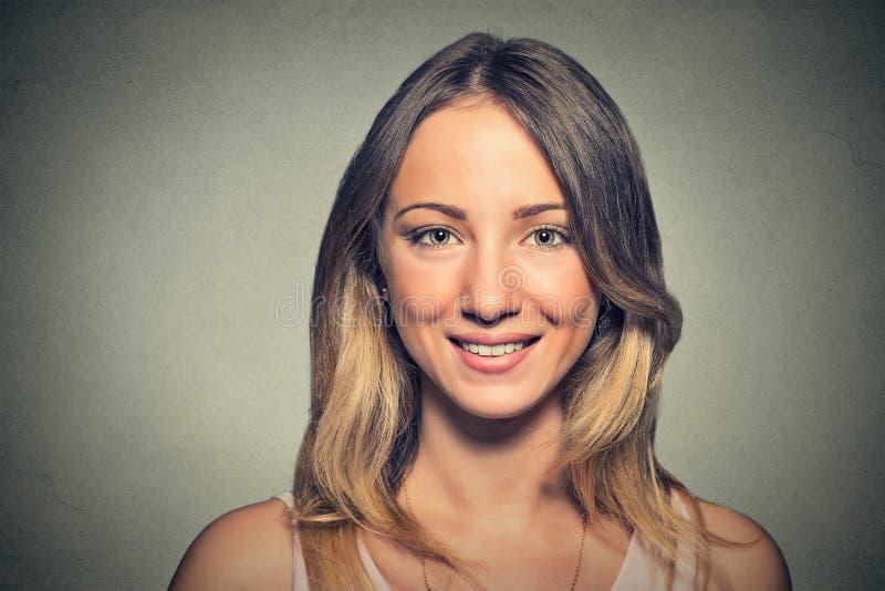 Retrato de una mujer bastante feliz imagenes de archivo