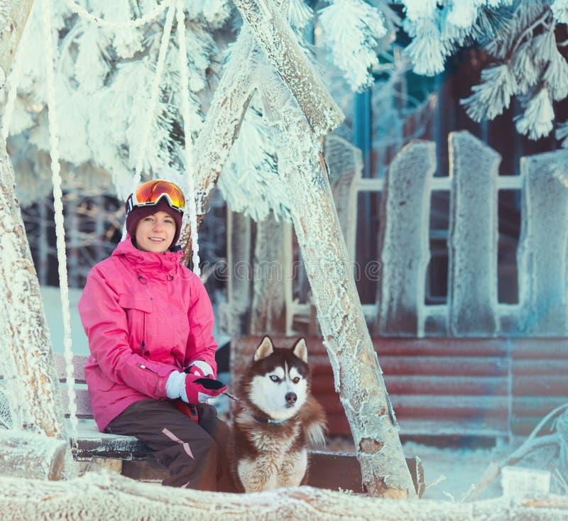 Retrato de una mujer bastante joven con el perro fotos de archivo libres de regalías