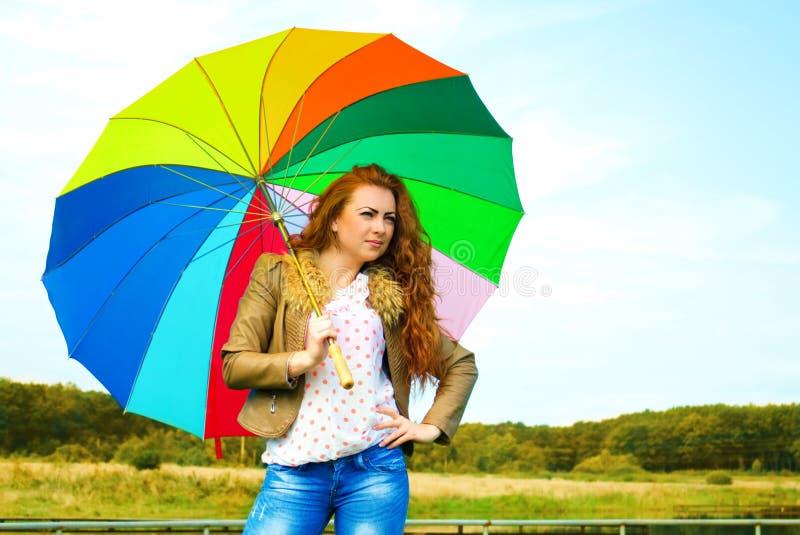 Retrato de una mujer bonita con el paraguas colorido foto de archivo libre de regalías