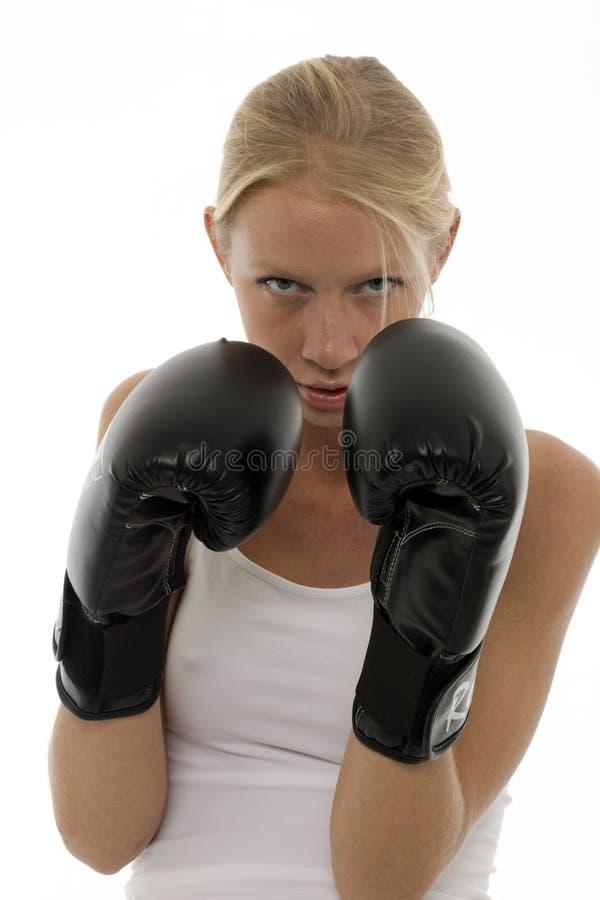 Retrato de una mujer caucásica joven que golpea con el pie imagen de archivo libre de regalías