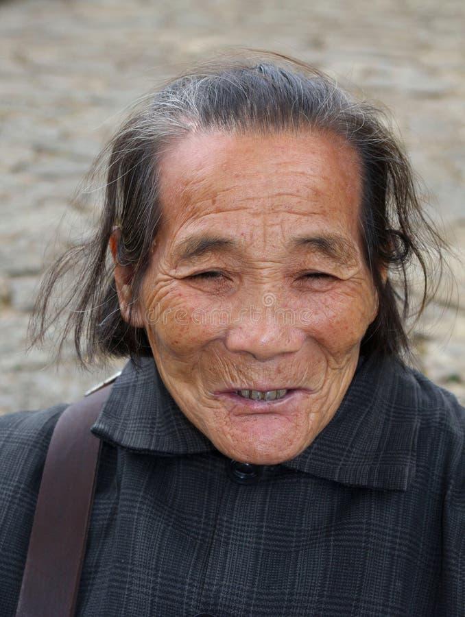 Retrato de una mujer china mayor feliz imagenes de archivo