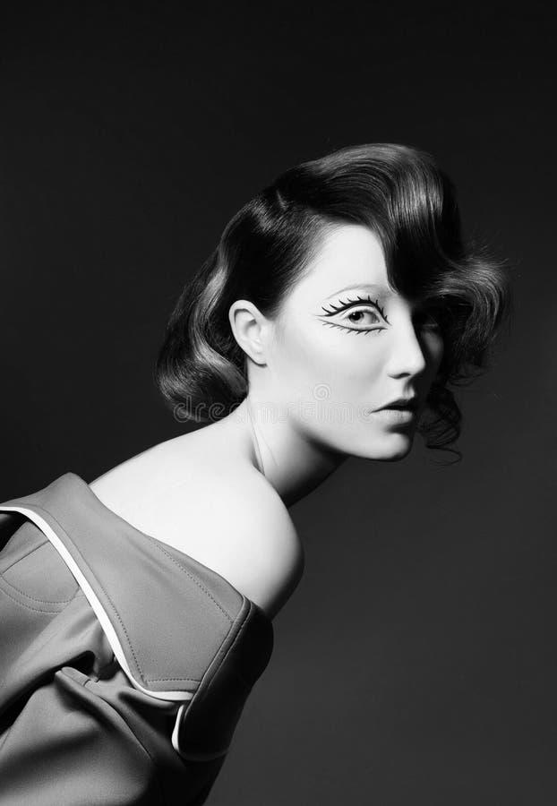 Retrato de una mujer con el pelo que vuela coloreado brillante, todas las sombras del marrón Labios hermosos y maquillaje de la c fotografía de archivo