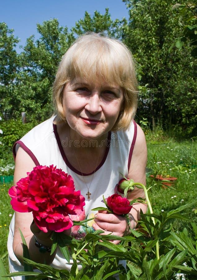 Retrato de una mujer con las flores imágenes de archivo libres de regalías