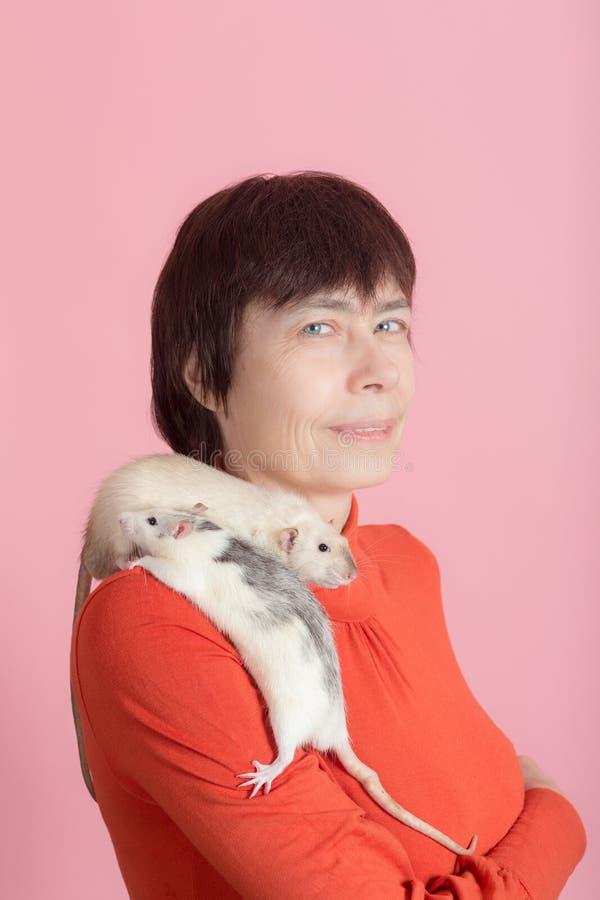 Retrato de una mujer con las ratas fotografía de archivo