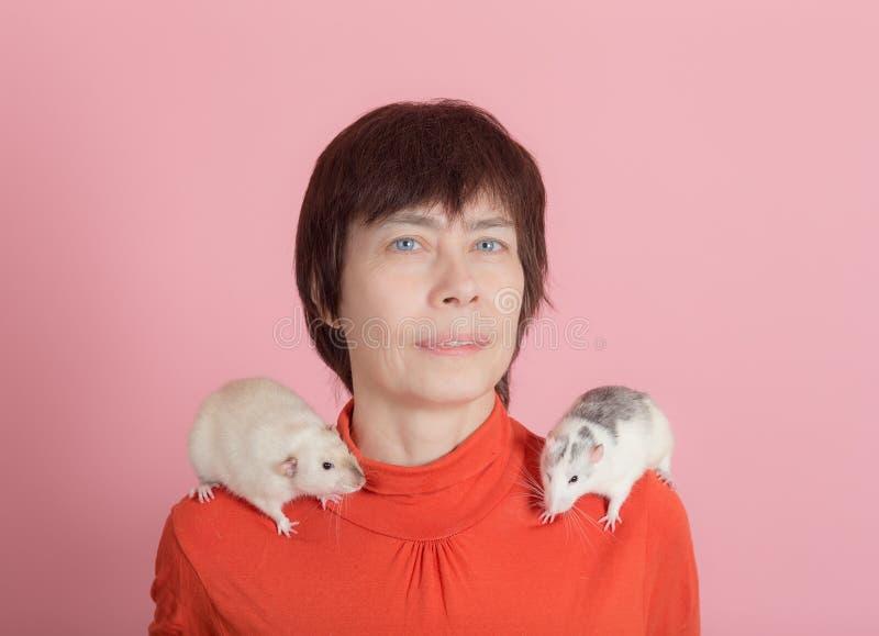 Retrato de una mujer con los animales domésticos imágenes de archivo libres de regalías