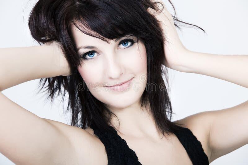 Retrato de una mujer con los ojos azules y el pelo sucio imagen de archivo