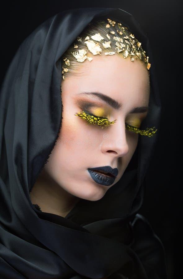 Retrato de una mujer con maquillaje brillante imagenes de archivo