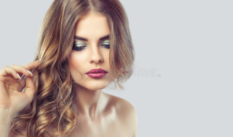 Retrato de una mujer con maquillaje y el peinado hermosos fotos de archivo libres de regalías