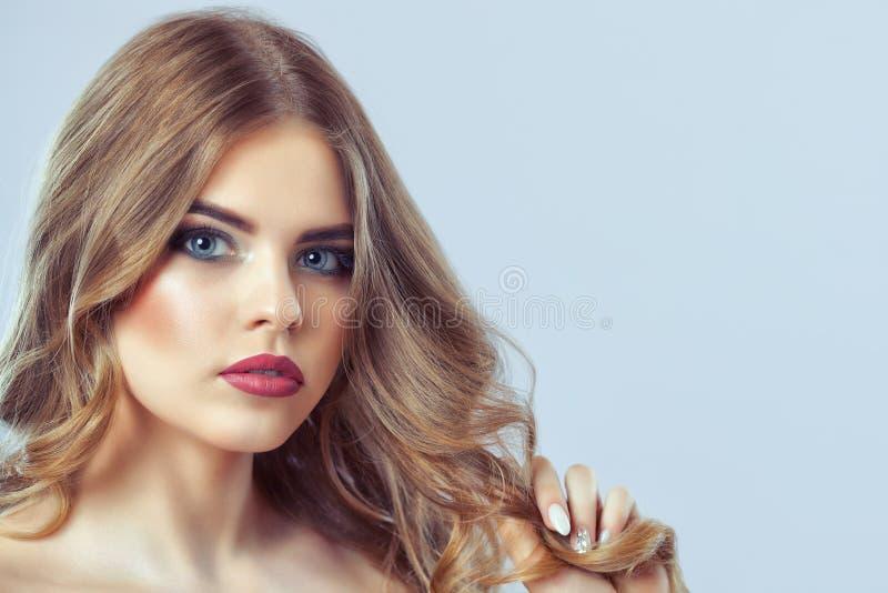 Retrato de una mujer con maquillaje y el peinado hermosos imagen de archivo