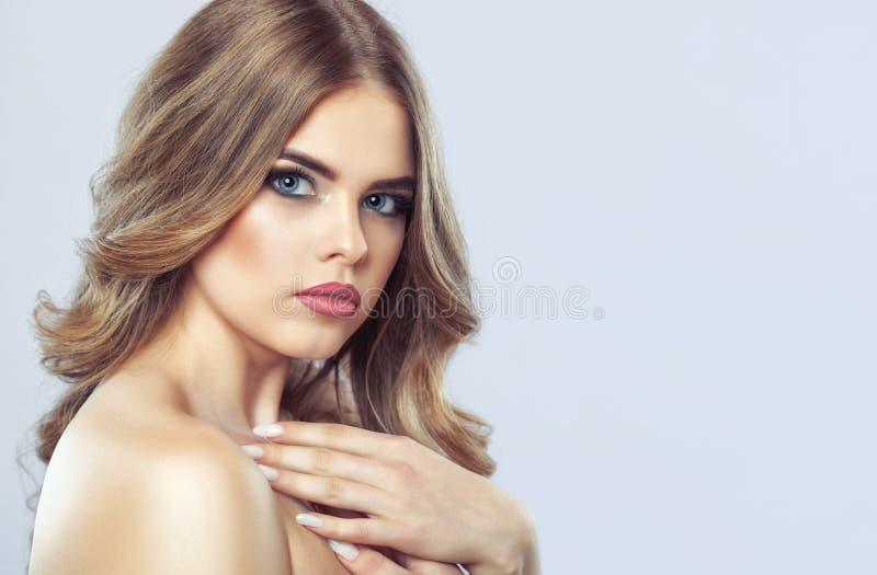 Retrato de una mujer con maquillaje y el peinado hermosos imagenes de archivo