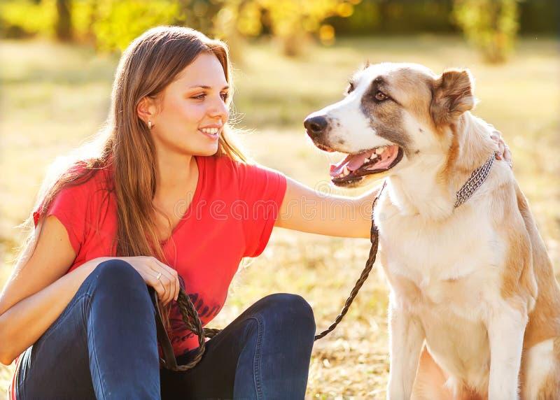 Retrato de una mujer con su perro foto de archivo libre de regalías