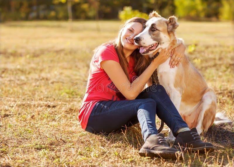 Retrato de una mujer con su perro fotografía de archivo libre de regalías