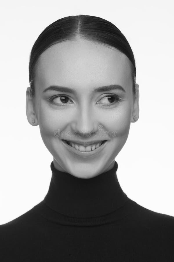 Retrato de una mujer con un aspecto interesante en un cuello alto negro y con el pelo recogido imagen de archivo libre de regalías