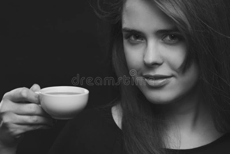 Retrato de una mujer con un café caliente de la bebida imágenes de archivo libres de regalías