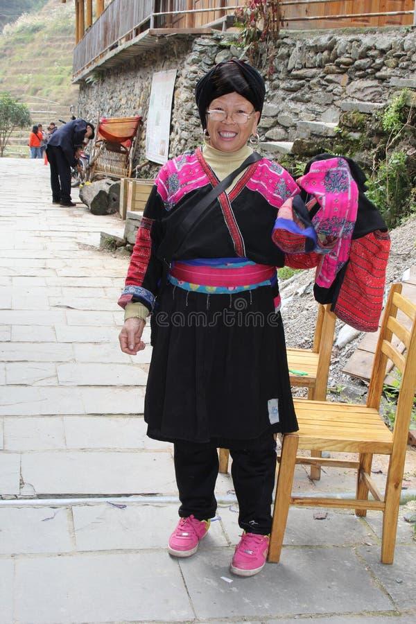 Retrato de una mujer de la tribu de la colina de Yao en traje tradicional en Longsheng en China imagen de archivo
