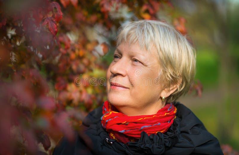 Retrato de una mujer de mediana edad fotografía de archivo libre de regalías