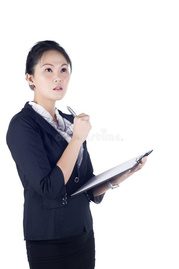 Retrato de una mujer de negocios acertada que sostiene una carpeta imágenes de archivo libres de regalías