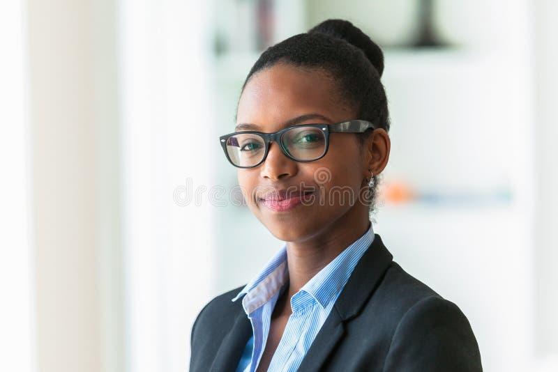Retrato de una mujer de negocios afroamericana joven - peop negro imagen de archivo