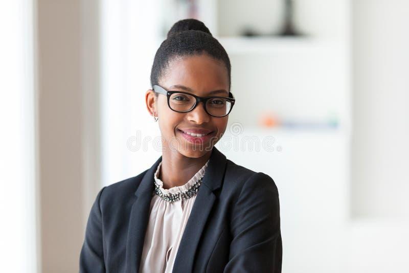 Retrato de una mujer de negocios afroamericana joven - peop negro imágenes de archivo libres de regalías
