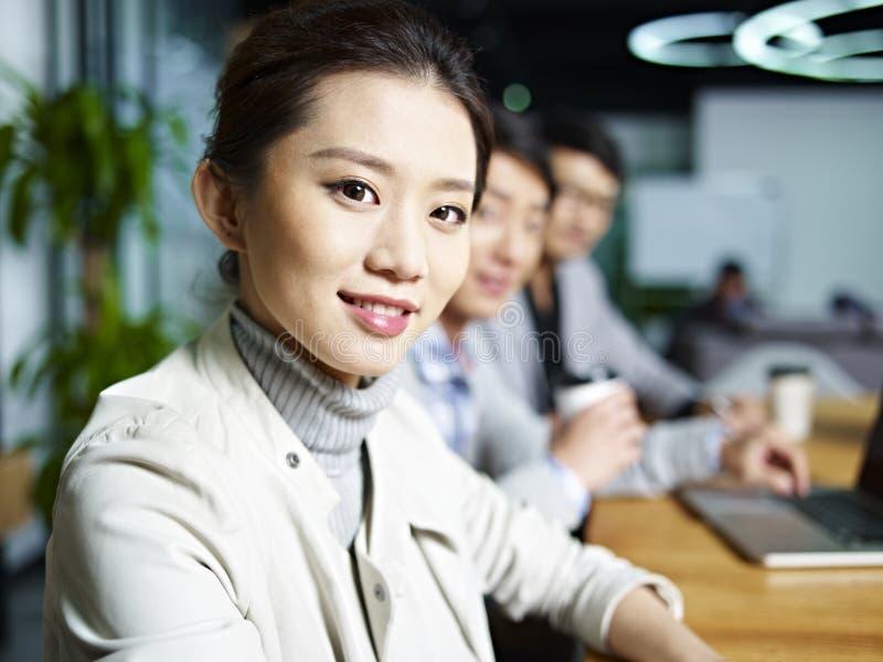 Retrato de una mujer de negocios asiática joven fotos de archivo libres de regalías