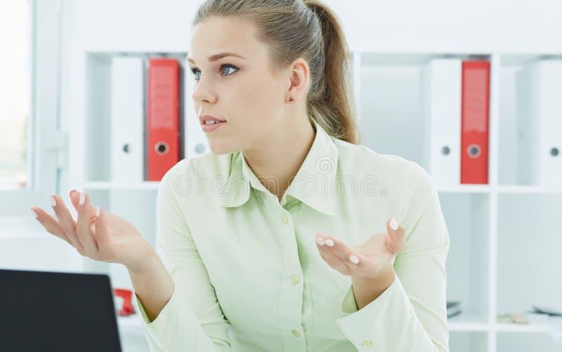 Retrato de una mujer de negocios seria hermosa joven que explica algo al socio comercial Concepto de la comunicación imagenes de archivo