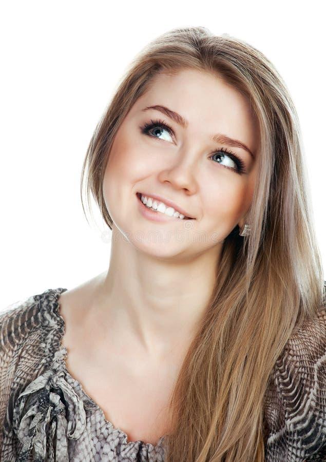 Retrato de una mujer de pensamiento sonriente que mira para arriba imagen de archivo