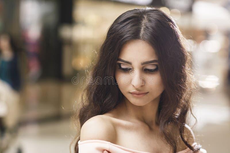 Retrato de una mujer elegante joven fotografía de archivo libre de regalías