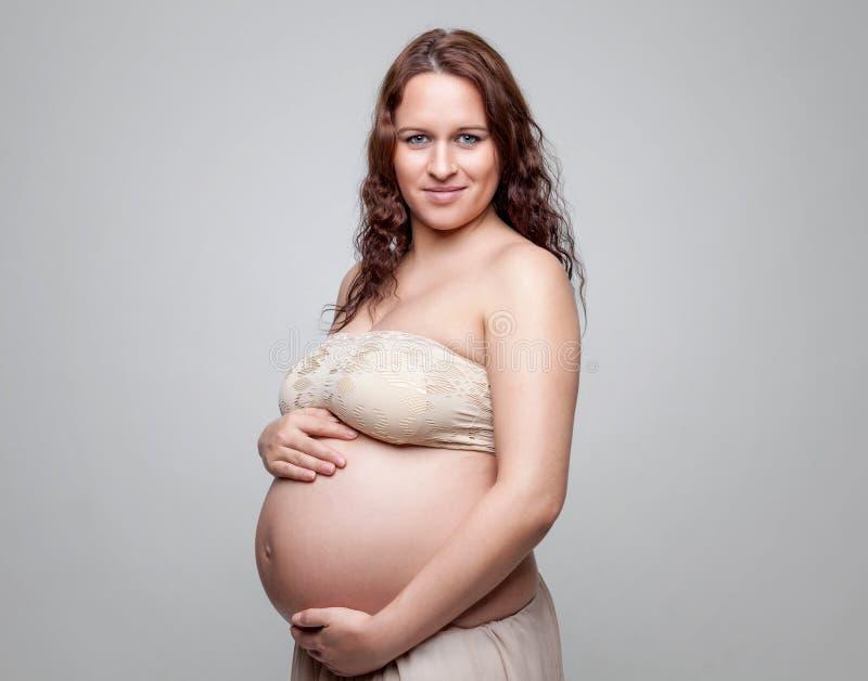 Retrato de una mujer embarazada con el pelo rizado fotos de archivo libres de regalías