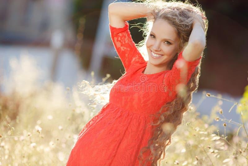 Retrato de una mujer embarazada en un campo de trigo imagen de archivo libre de regalías
