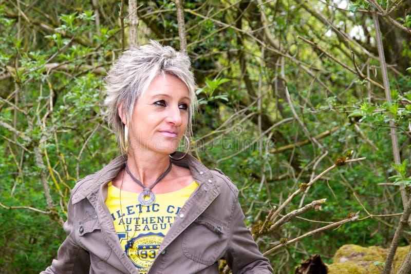 Retrato de una mujer en el bosque imagenes de archivo