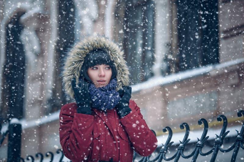 Retrato de una mujer en la nieve fotografía de archivo