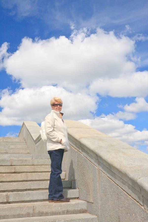 Retrato de una mujer en las escaleras fotos de archivo