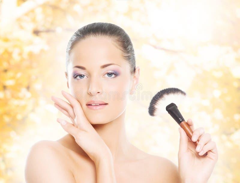 Retrato de una mujer en maquillaje en un fondo del otoño imágenes de archivo libres de regalías