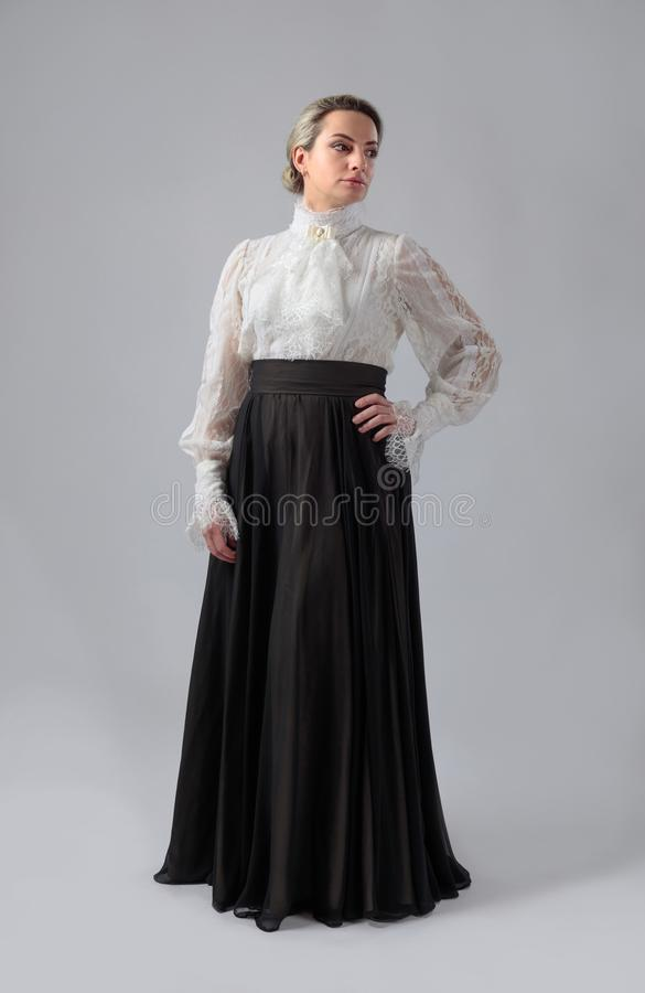 Retrato de una mujer en ropa victoriana fotografía de archivo