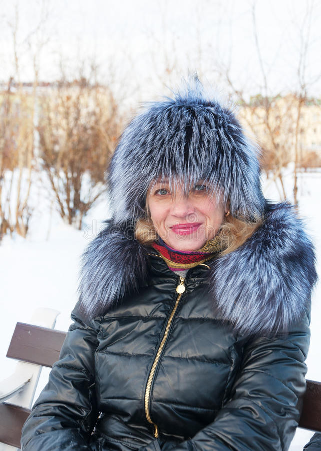 Retrato de una mujer en un sombrero de piel. foto de archivo libre de regalías